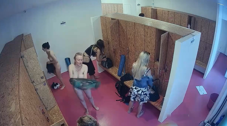 Все девушки в женской раздевалке на камеру