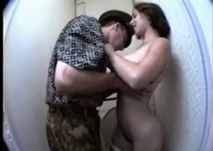 seks-v-tualete-podglyadivanie