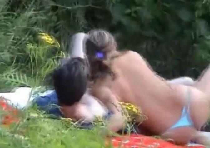 Секс нудистов скрытой камерой на берегу реки