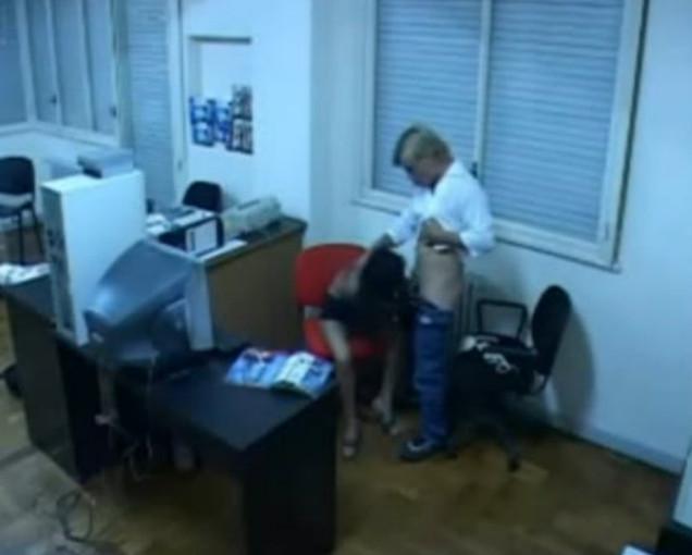 Смотреть скрытая камера в офисе мастурбация