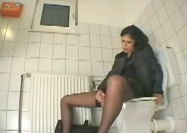 Кончает в туалете, порно онлайн при досмотре