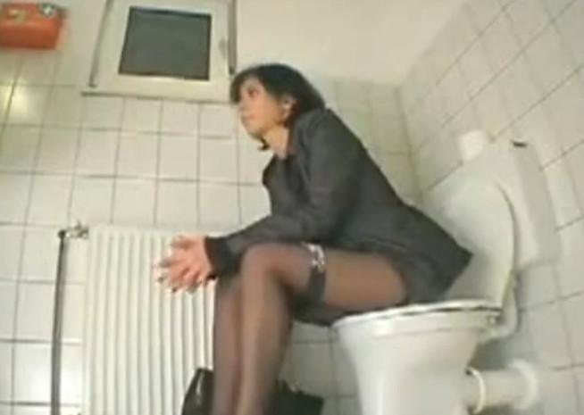 Скрытая камера женский туалет мастурбирует