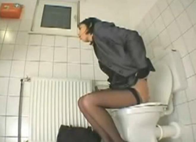 podsmotrennoe-video-masturbatsiya-v-tualete