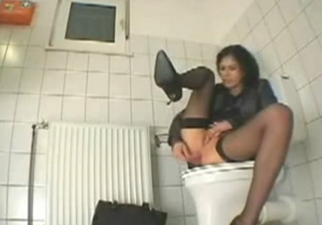 Телки кончают в туалете