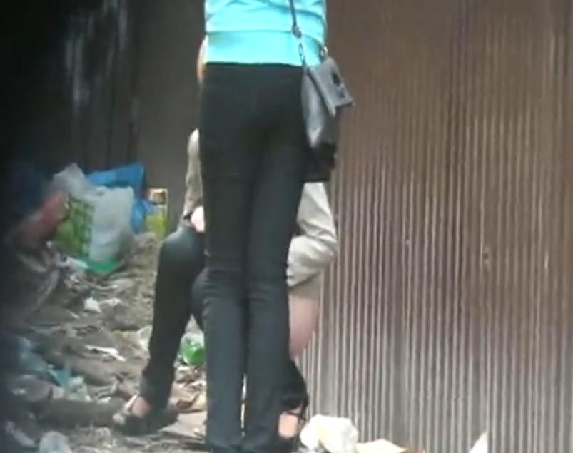 Девушки на улице подглядывания