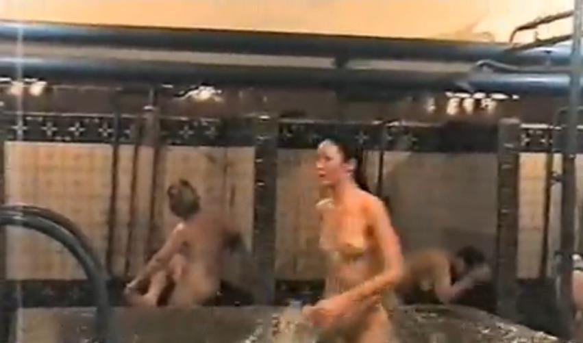 снимал тайно женщин в бане: