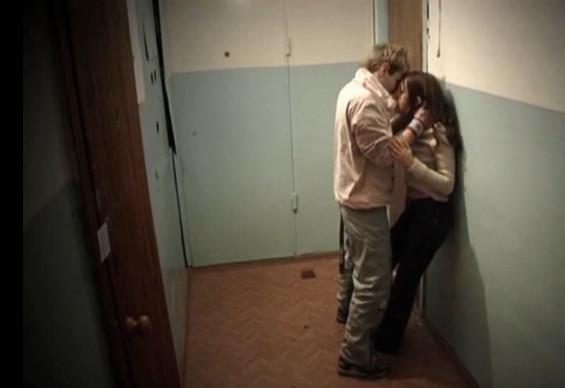 Порно скрытая камера в подъезде