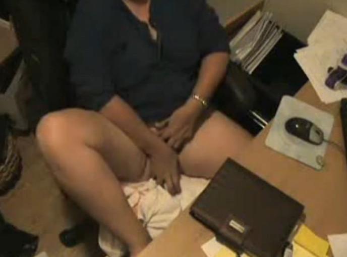 Женщина мастурбирует в офисе на скрытую камеру — img 14