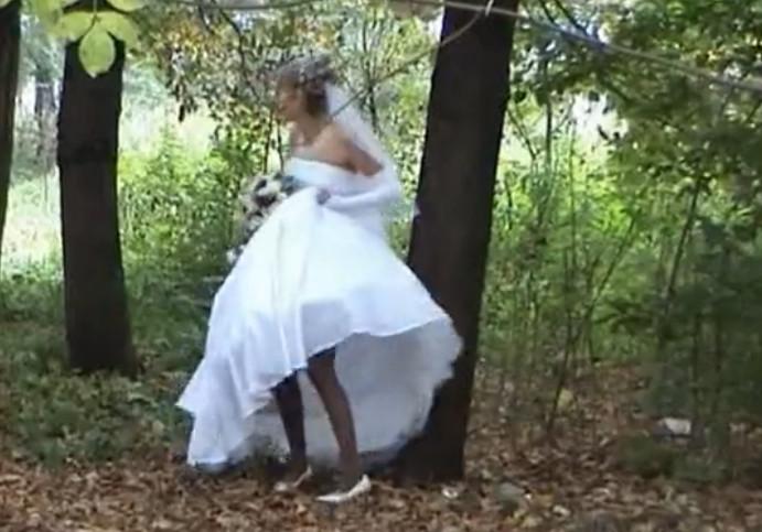 Негритянки писают в кустах видео — 4