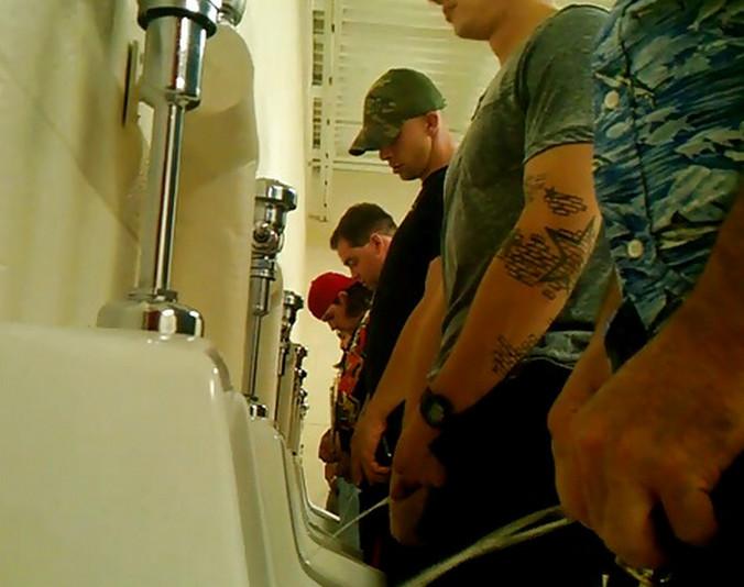Скрытая камера в туалете писающие мужч