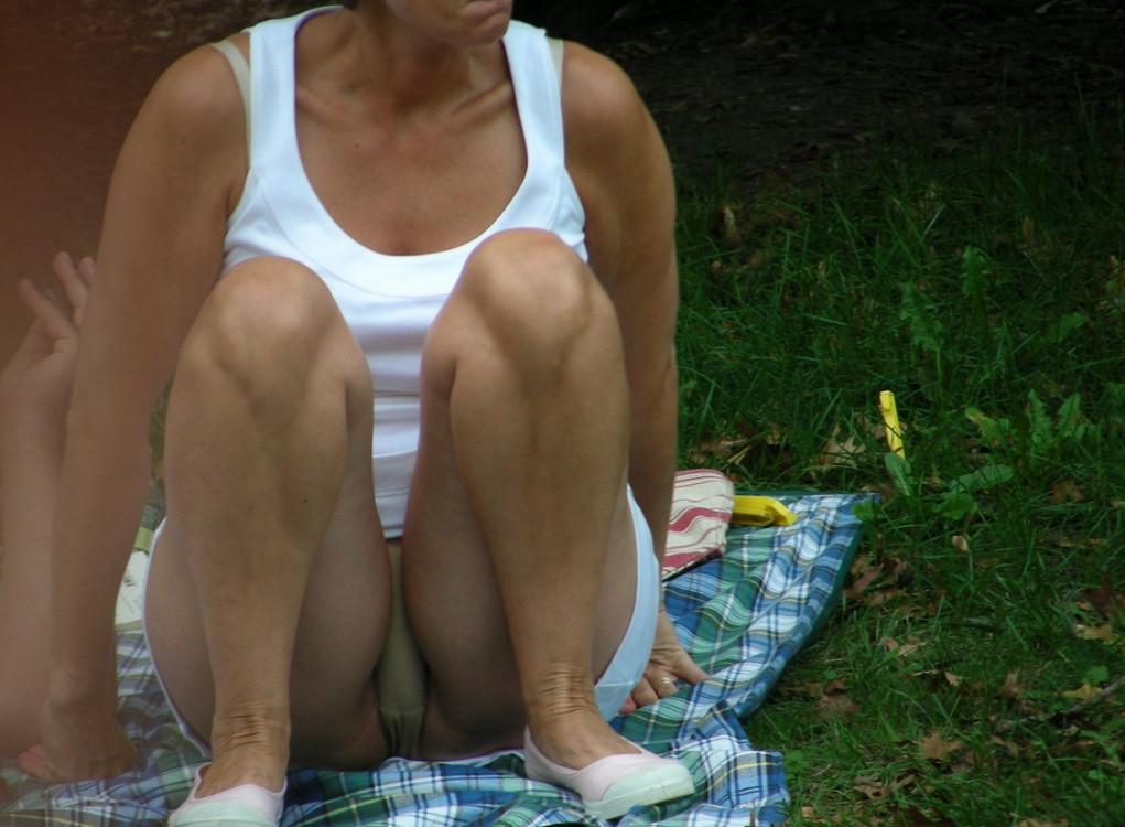 Под юбками сидя на корточках — 12
