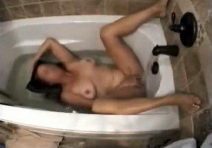 masturbiruet-v-vannoy-skrito