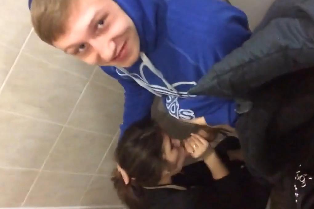 Минет делает в туалете